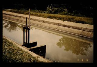 支線水路閘を備えたダムからの潅漑水路