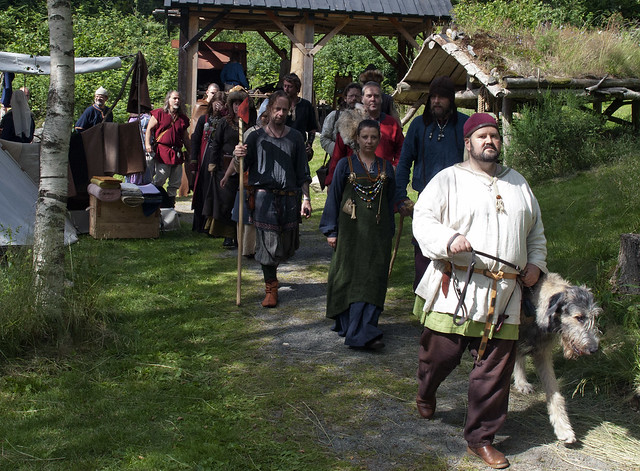 Participants in this year's Viking market on the way to the big opening party. Thomas leads ann, behind him comes the chief of Agder Vikiglag Marianne.