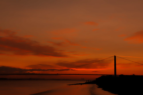 bridge humberbridge humberestuary hull humberside halcyon calm dawn shoreline river red glow morn morning aug2017 a15 suspension pillers cables clouds