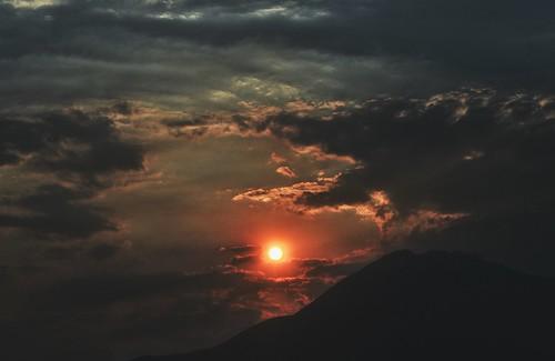 ioannina giannena giannina epirus ipiros balkans greece grecia griechenland europe snapseed amateurphotographer ελλάδα ιωάννινα ήπειροσ ηλιοβασίλεμα βουνό σύννεφα ουρανόσ καλοκαίρι ήλιοσ χρώματα ολύτσικα ολύτσικασ τόμαροσ αύγουστοσ 2017