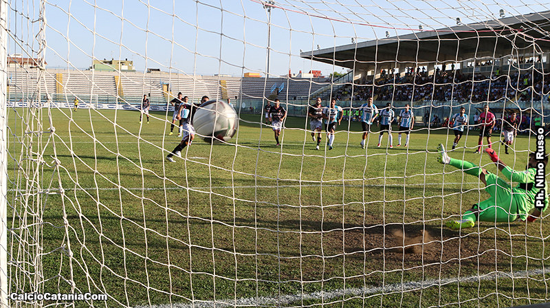 Il rigore trasformato da Ciccio Lodi che apre il 3 a 0 per gli etnei di Lucarelli
