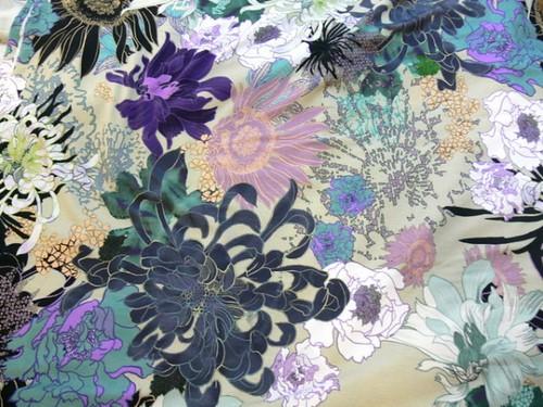 Új kedvenc pólód készüljön ebből a különleges, virágmintás anyagból: