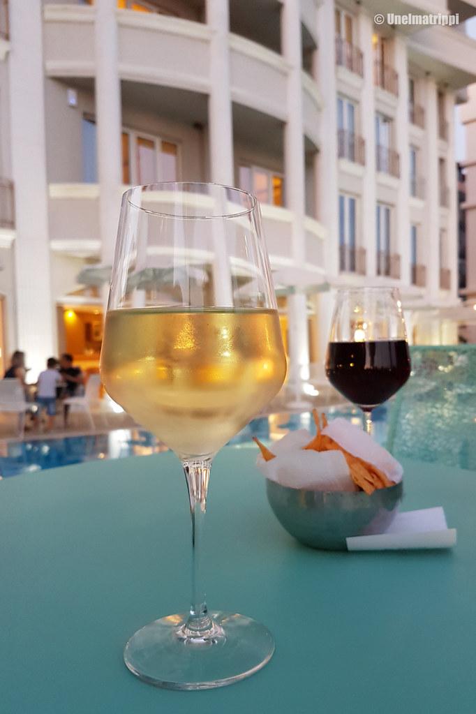 Viinilasillisilla hotellin altaalla