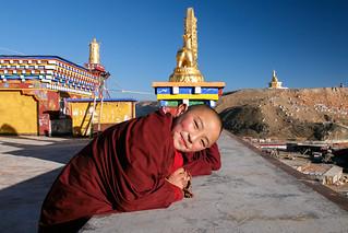 lovely little nun smiling at the rooftop, yarchen gar アチェンガルゴンパ 寺の屋上に連れて行ってくれた可愛い尼さん