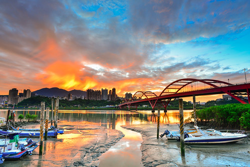 taiwan newtaipeicity balidistrict guandubridge sunrise dawn deck reflection sky cloud borningclouds boat scenery outdoors datunmountain 台灣 新北市 八里區 關渡橋 晨曦 火燒雲 倒映 碼頭