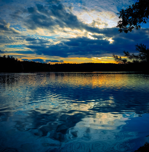 briburt sunset pond lake waldenpond thoreau newengland concord massachusetts boston metrowest kettlepond peaceful zen happy glow sunrays rays clouds sky dramatic dramaticsky water shore orange blue gradient dusk sundown yellow golden goldenhour dream dreamy calm