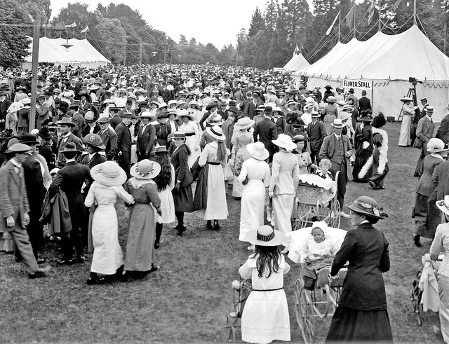 Crowd at a rose carnival, The Domain, Christchurch, 1913