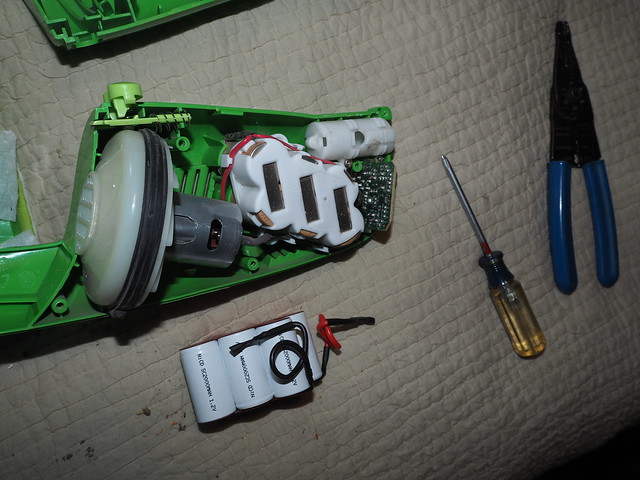 Q9160008 taking 7p2V swiffer vacuum apart and replacing the battery w a sweeperbattery dot com