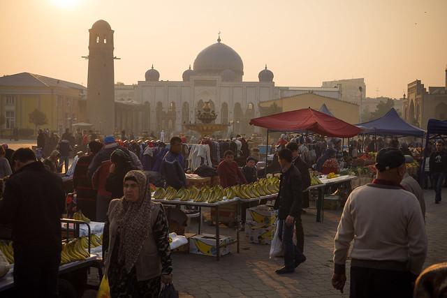 Streetlife - Market with Masoleum of Sheik Muslihiddin in Chudschand