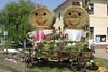 Die Strohpuppen im Dorfzentrum - das Wahrzeichen des Dorffestes