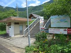 駅の出口は登り階段 待合室があるが閉鎖されていることも