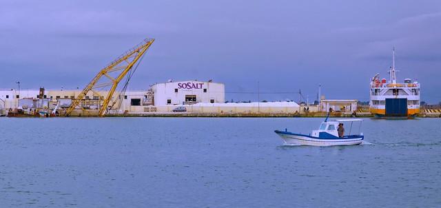 Porto di Trapani / Small boat and crane