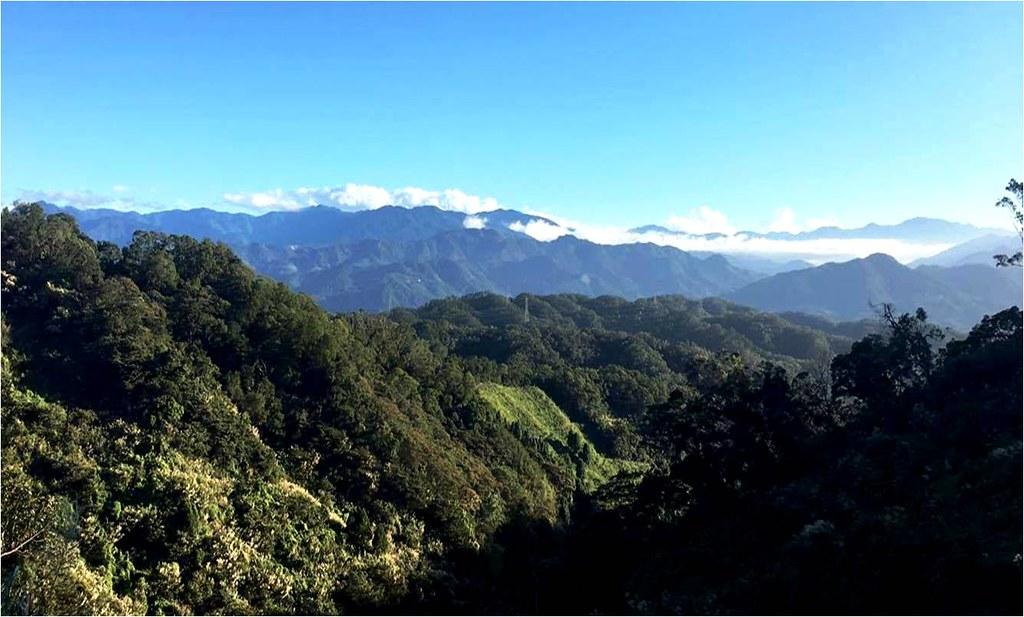 鹿寮坑的里山風景:具備淺山丘陵、溪流、農田及客家聚落。