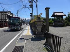 駅前の阿弥陀寺と会津バス「あかべぇ」