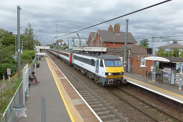90009 arrives at Diss Station, with the 17.30 service from Norwich to London Liverpool Street, under an overcast sky. At least its warm, dry & bright on the train. 26 07 2017