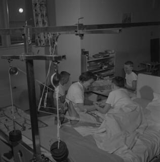 Nurse plays with three boys at the Winnipeg Children's Hospital, Manitoba / Une infirmière joue avec trois jeunes garçons à l'Hôpital pour enfants de Winnipeg (Manitoba)