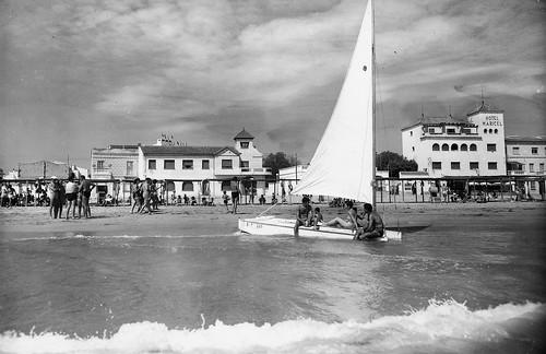 Patí a Calafell navegant davant l'Hotel Maricel, anys 60