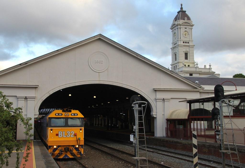 BL32 and G529 wait in platform 2 on 9149 empty grain train by bukk05
