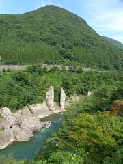 温泉街から眺める大川の渓谷と夫婦岩