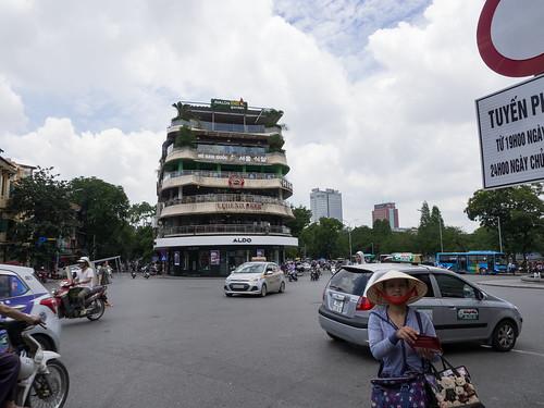 Bares alrededor de la Plaza Dong Kinh Nghia Thuc, Hanoi, Vietnam | by Edgardo W. Olivera