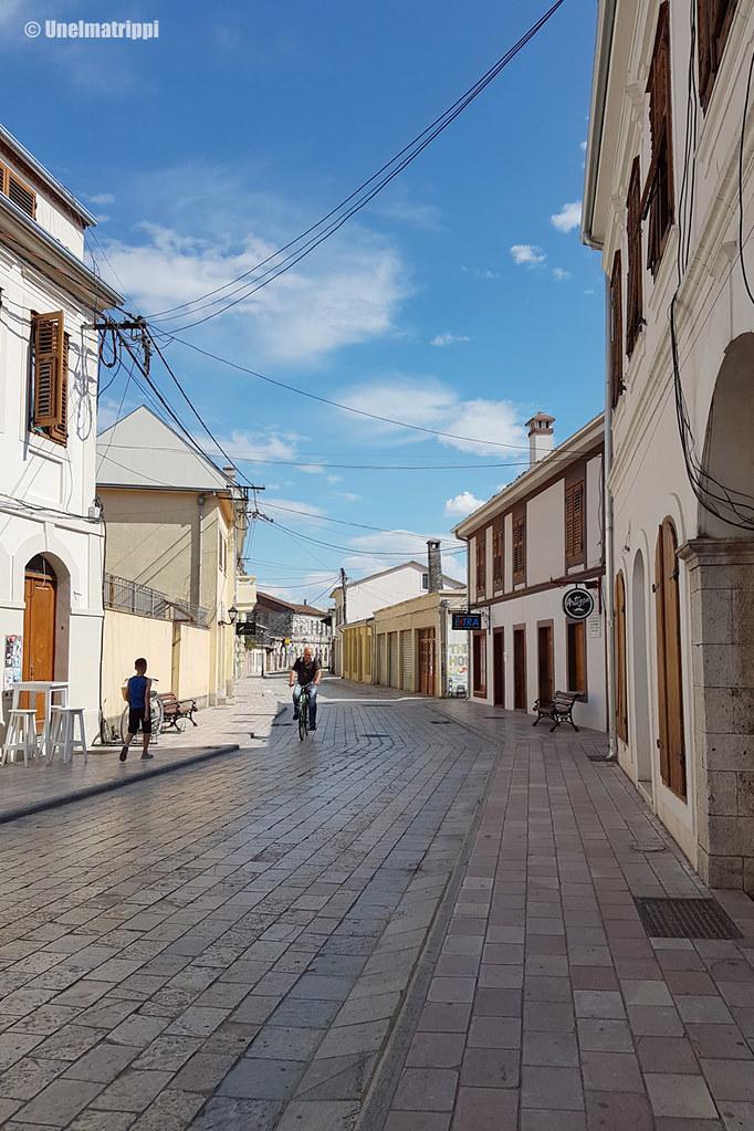 Kävelykadulla Albanian Shkodërissa