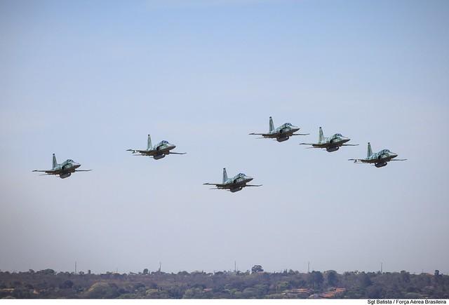 Esquadrilha de F-5EM desfila sobre a Esplanada em Brasília