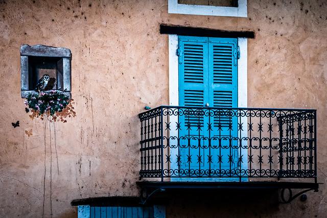 Le balcon aux volets bleus