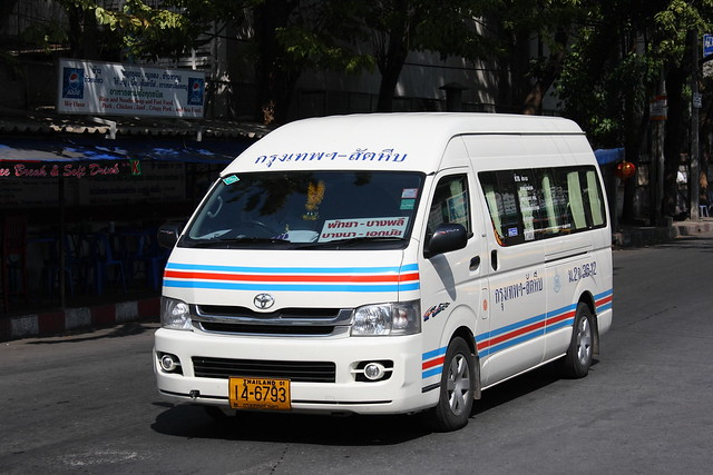 Toyota_Commuter_in_Bangkok_01