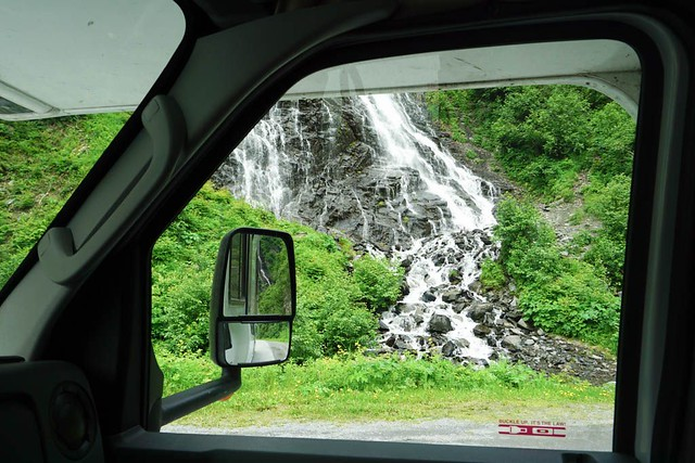 Cascada desde la ventanilla de la autocaravana