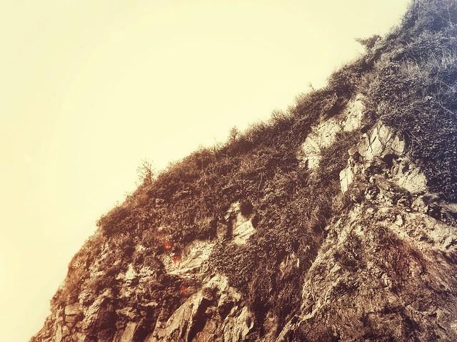 Une plage, du sable, des rochers