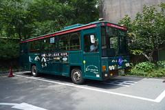 駅並びの専用バス停を発車する猿游号