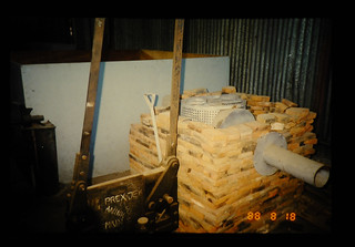 Trial Made Rice Husk Furnace In Attached Flat Bed Dryer = 静置式乾燥機に取り付けられた籾殻燃焼炉