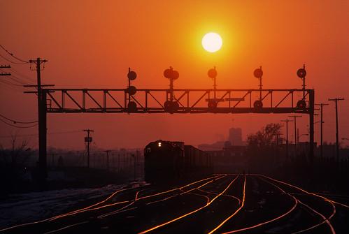 milwaukeeroad milwaukee gp40 sprint piggyback intermodal sunset signals signalbridge signalbridge19 sheffieldtower sheffieldinterlocking kansascityterminal kct kansascity missouri train locomotive railroad mo