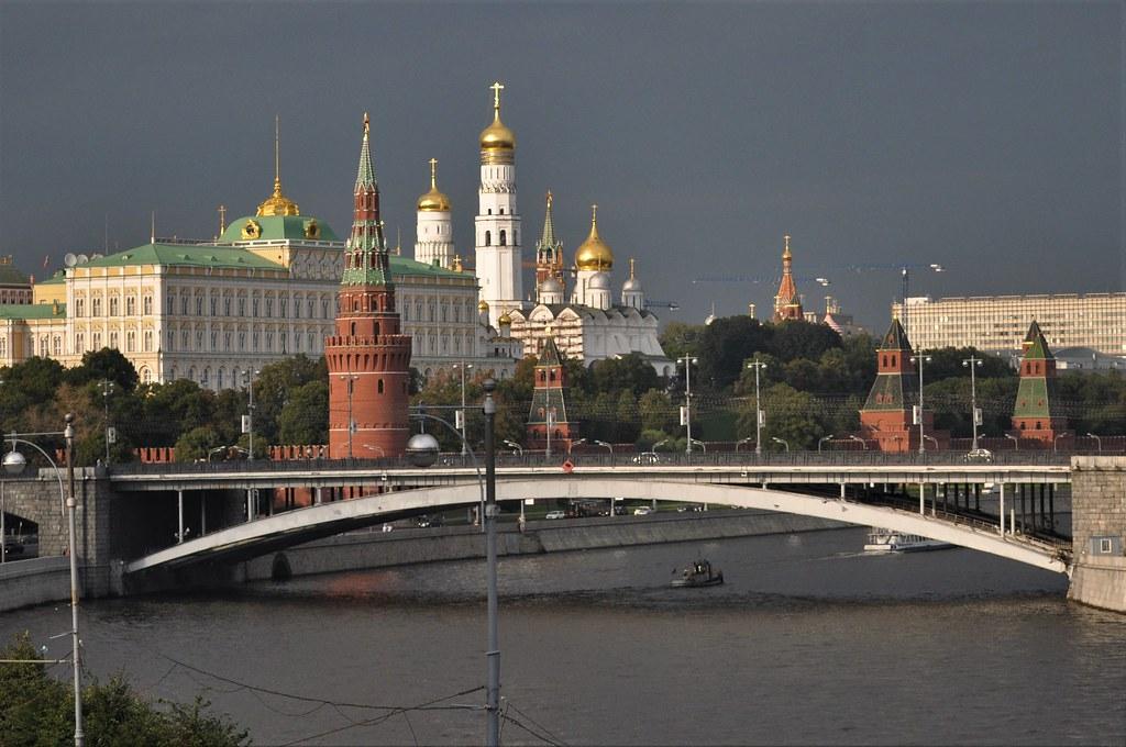 kremlin desde la catedral de cristo salvador-moscu