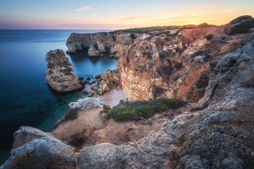 rot portugal algarve region praiadamarinha klippen cliffs rocks felsen strand beach reise travel nature natur landschaft landscape europe sonnenuntergang sunset