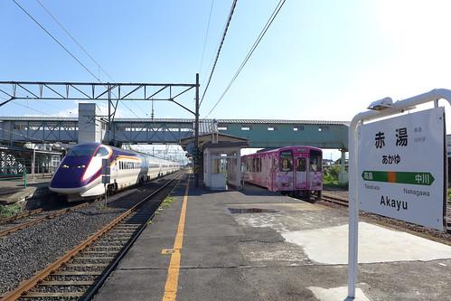 赤湯駅はJRと共同利用。ただし山形新幹線開業に伴い奥羽本線は改軌されたので、線路はつながっていない