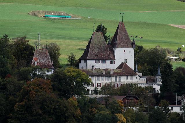 Schloss Worb ( altes - Baujahr um 1130 - châteu castle castello ) ob dem Dorf Worb im Berner Mittelland im Kanton Bern der Schweiz