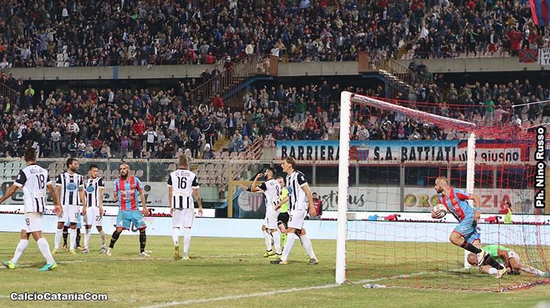 Davis Curiale raccoglie il pallone dalla porta della Sicula dopo il gol di Bogdan
