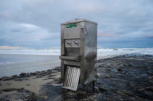 Vlieland - strand - aanspoeling drinkwaterkoelkast