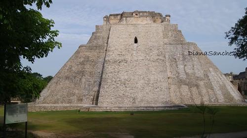 Piramide delAdivino o del brujo en Uxmal, la Ciudad tres veces construida.