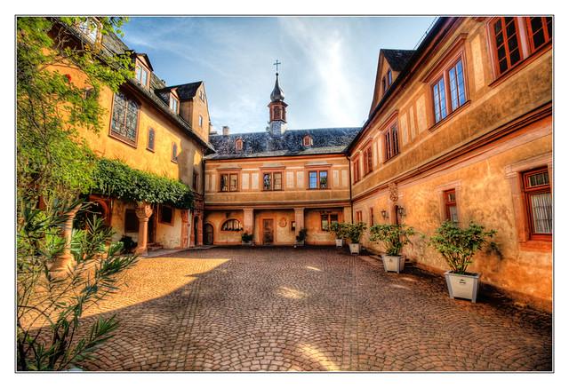 Mespelbrunn - Schloss Mespelbrunn Innenhof 03