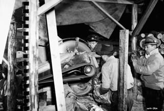 Japanese-Canadian internees working at a camp sawmill, British Columbia / Canadiens d'origine japonaise travaillant à la scierie d'un camp d'internement, Colombie-Britannique