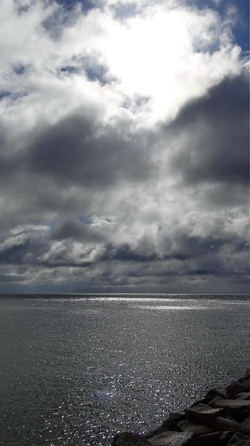 Auf Rügen wo du kein Ufer siehst, als das, auf welchem du selbst stehst, nur ein kleines Boot mag hier anlanden, es liegen felsige Trümmer umher, und es braust die beständige Brandung, auf dem erhöhteren Felsen erscheint ein zerfallenes Vorwerk, mit Schießscharten versehn als sei es, daß hier immer ein Wachtturm ragte, den offenen Strand vor Algiers Flagge zu hüten, die von dem Eiland oft Jungfrauen und Jünglinge wegstahl und ans treulose Gestad durch schmeichelnde Briefe gelockt ward 02313