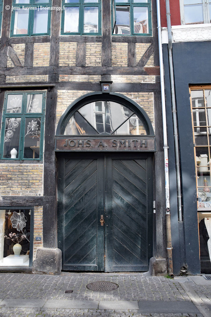 Vanhan rakennuksen jättimäinen puuovi Kööpenhaminassa