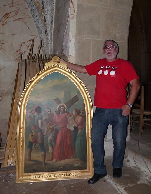 Beaumarchés (Bèumarchés ), Gers: Georges pose à côté d'un tableau de la 6ème station, misede côté avec les autres éléments de l'ancien chemin de croix.