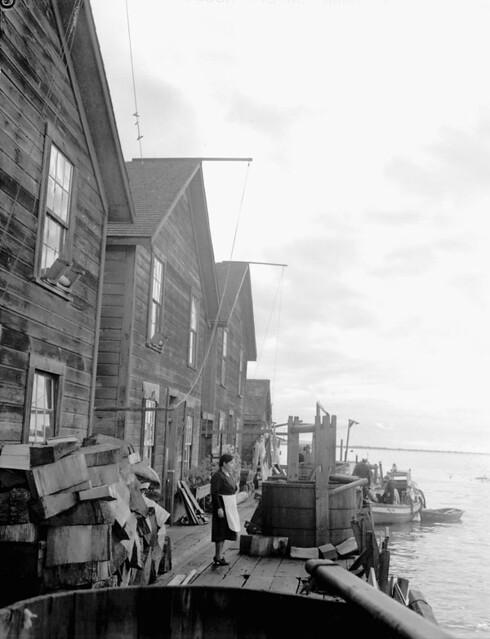 Homes of Japanese-Canadian fishermen, Steveston, British Columbia / Maisons de pêcheurs canadiens d'origine japonaise, Steveston (Colombie-Britannique)