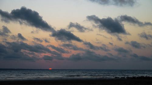 sunset sun afternoon evening sky weather skyscape beach water ocean australia hervey bay vernon blue clouds wolken sunlight night red setting dark dim dunkel open