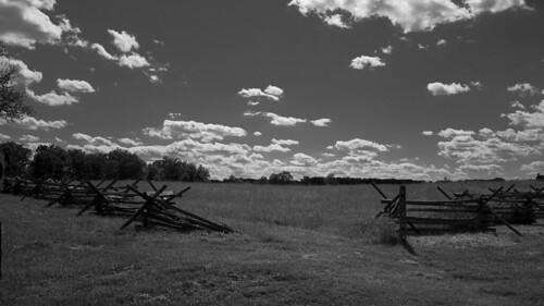 landscape paysage noiretblanc blancetnoir blancoynegro blackandwhite lumix panasonic gx7 gettysburg battlefield champdebataille histoire history nuages ciel barriere fences arbres champ parc foret