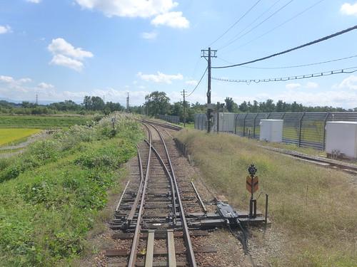 米坂線との合流点 1kmあまりにわたって単線の線路を共用している