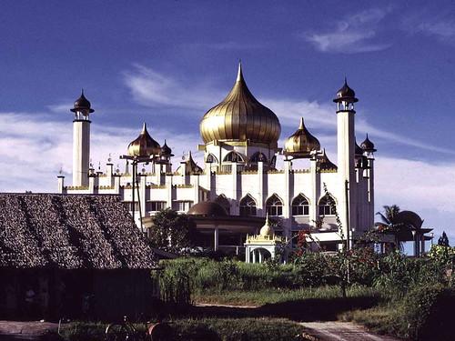 kuching sarawak malaysia my masjid masjidlama borneo mosquée malaisie town architecture gold islam eo asitrac minaret